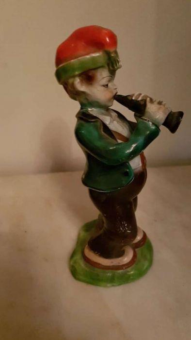 Faiança de Coimbra menino a tocar flauta