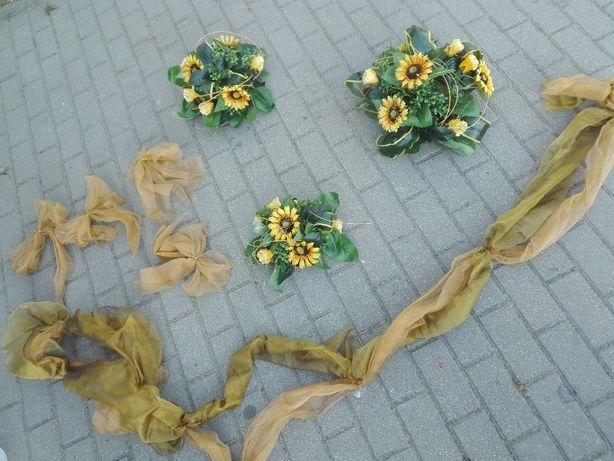 Dekoracja auta do ślubu-sztuczne kwiaty 3 stroiki, szarfa + kokardy