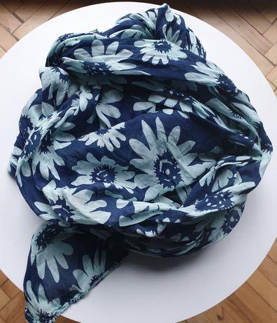 Bawełniany szal w kwiaty