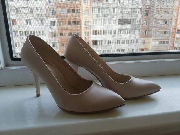 Продам бежевые(молочные) туфли на каблуке 37размер