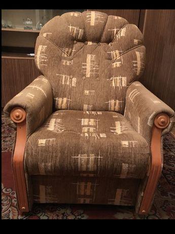 Fotel beżowy z wzorem