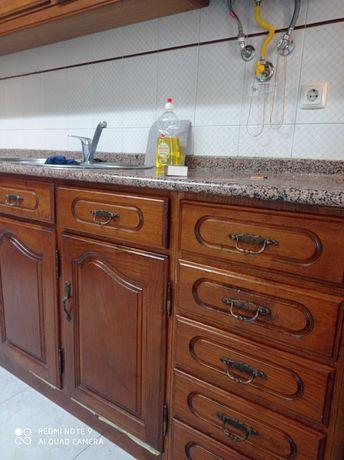 Vendo cozinha usada, com tampo em granito, lava-loiça, placa e forno.