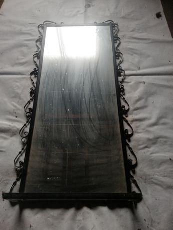 Duże lustro w metalowej ramie