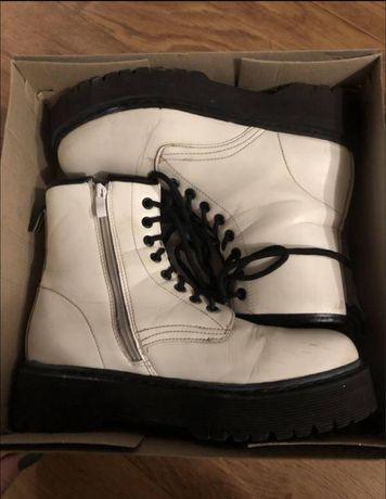 Демисезонные  кожаные ботинки в стиле Мартинсы