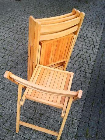 Krzesla drewniane.