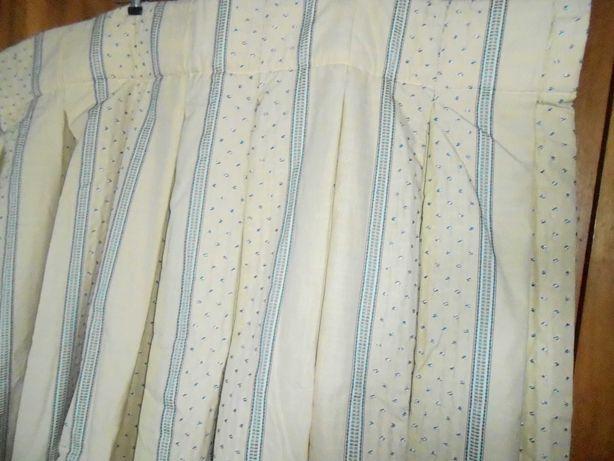 Cortinado duplo em tecido muito resistente , forrado .