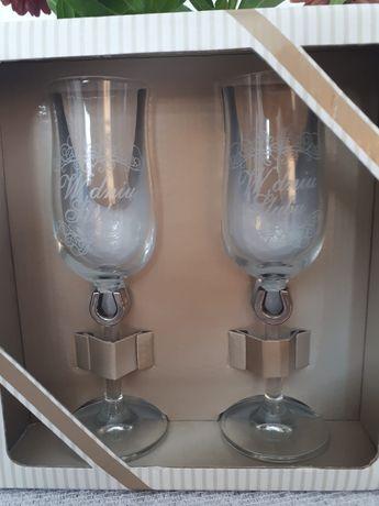 Kieliszki do szampana w dniu ślubu