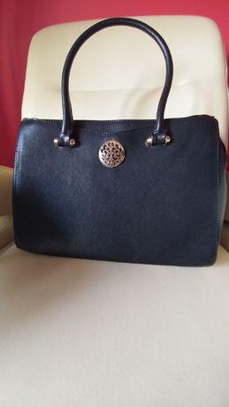 Torebka czarna shopper bag złote logo dużo kieszeni sztywna safiano