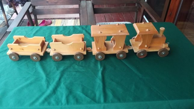 Stara drewniana zabawka pociąg