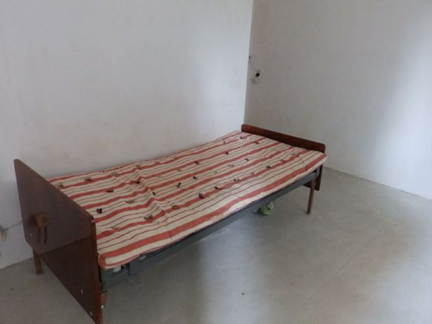 Продам полуторную и односпальную кровать с матрасом