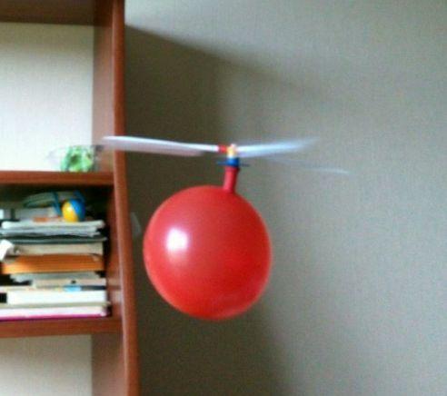 Детская игрушка надувной воздушный шарик-вертолет с пропеллером