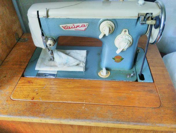 Продам швейную машинку Чайка с тумбой и ножным приводом.