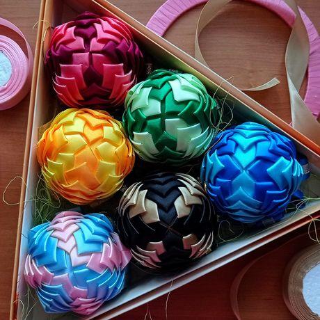 Новогодний шар из атласных лент