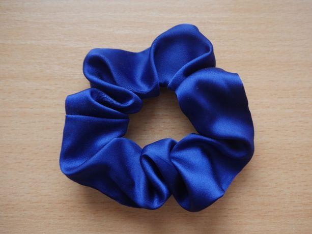 Jedwabna gumka frotka / scrunchie do włosów niebieska