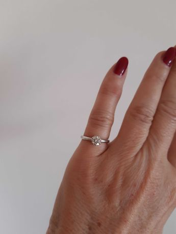 Pierścionek zaręczynowy białe złoto z diamentami.