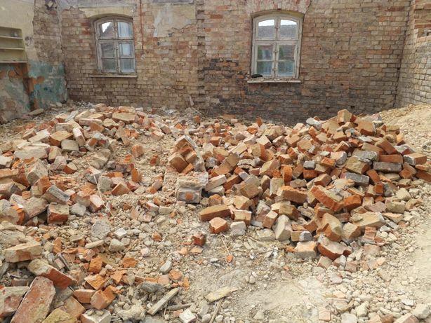 Gruz budowlany, cegła, skruszały cement