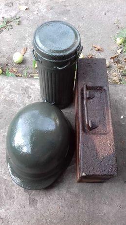 Нимецкая каска и патронный ящик.