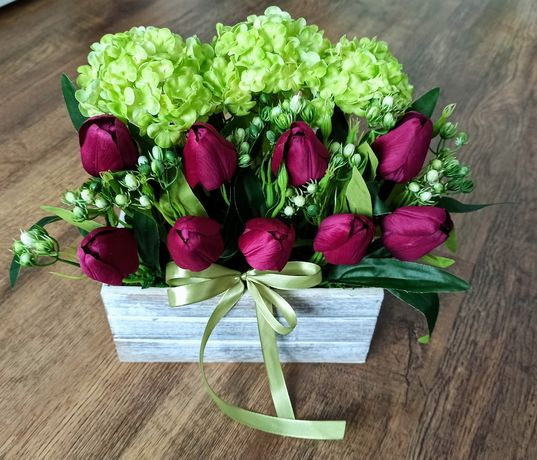 Kompozycja w drewnianej skrzyni. Wiosenna, tulipany