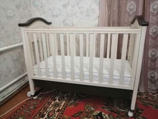 Детская кроватка с выдвижным ящиком и опускающимся быльцем