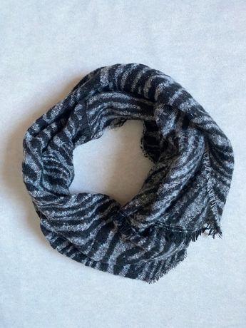 Теплый мягкий шарф в актуальный принт