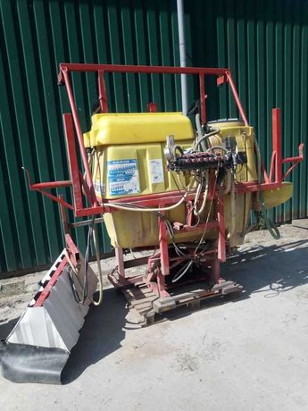 Opryskiwacz z hydraulicznym ramieniem