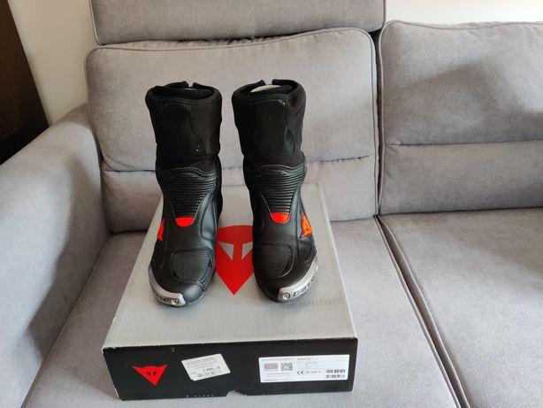 Buty dainese axial D1 czarne/fluo-czerwone w rozmiarze 42