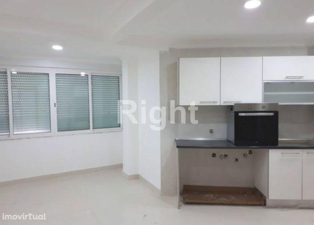 Apartamento T2 totalmente remodelado em Carnaxide.