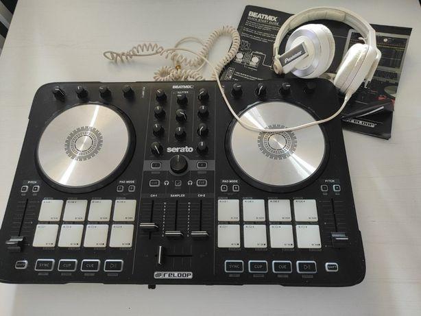 Mesa de DJ BEATMIX2 com fones da Pioneer HJ-500