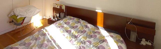 Cama Malm IKEA com mesas de cabeçeira