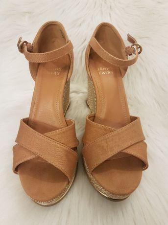 Piękne buty na koturnie