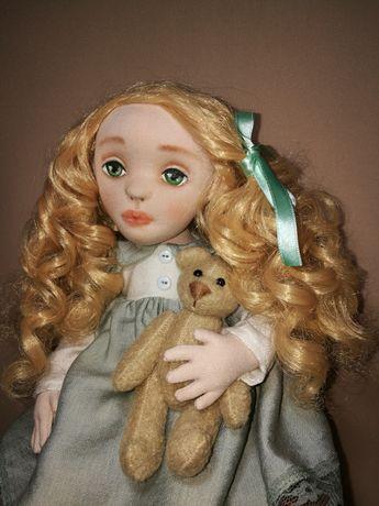Текстильная кукла ручной работы с объемным лицом.