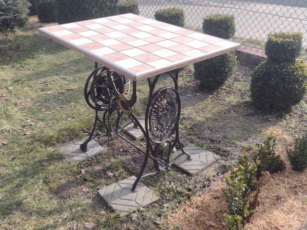 Zabytkowy stolik z orłami