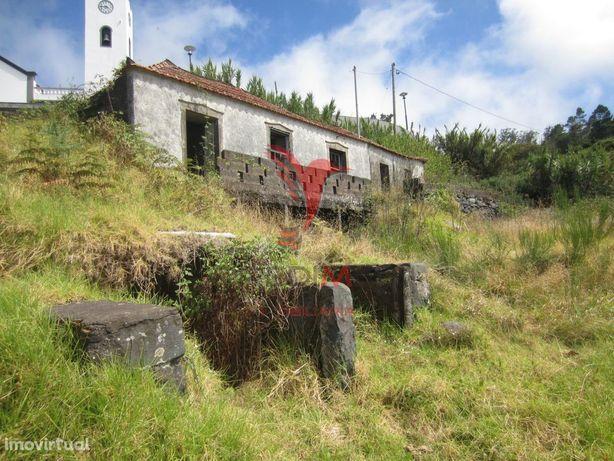 Moradia em ruína nas Achadas da Cruz.