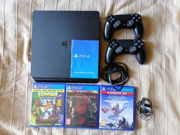 PS4 SLIM 1TB, 2 pady, 3 gry