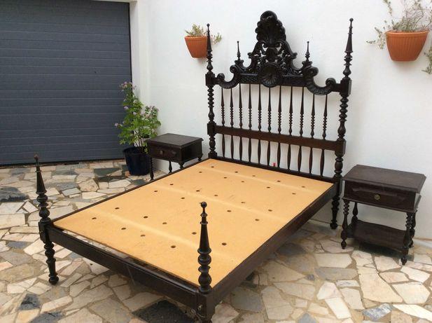 Quarto Casal:Cama, mesas cabeceira, cómoda,espelho-tudo madeira maciça