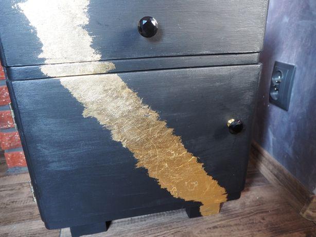 Własnoręcznie odnowiona złota szafka nocna.
