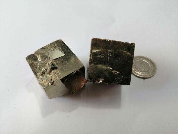 Naturalny kamień Piryt w formie kryształów. Duże kryształy