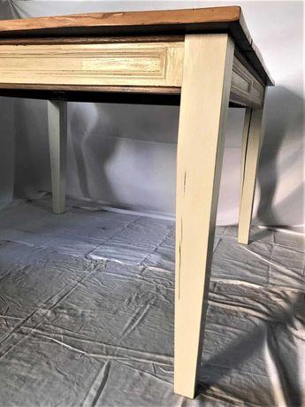 Kwadratowy, drewniany stół