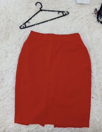 Красная стрейчевая юбка
