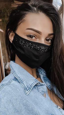 Черная маска с красивыми черными камнями