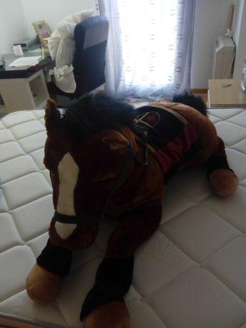 Cavalo de peluche gigante