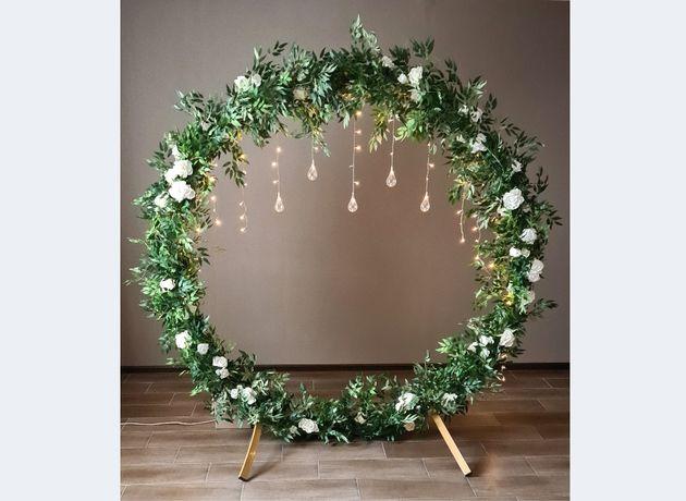 Круглая арка с зеленью, цветами. Фотозона и выездная церемония