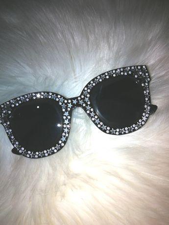 Czarne okulary przeciwsłoneczne z gwiazdkami