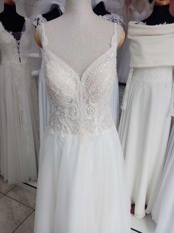 Suknia ślubna z długim welonem