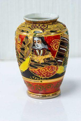 Японская фарфоровая ваза в позолоте изображением богини Каннон фарфор
