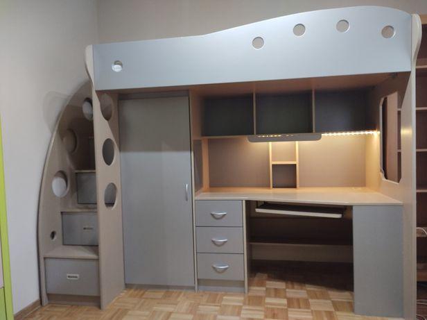 Łóżko piętrowe z materacem, biurkiem, szafą i schodkami