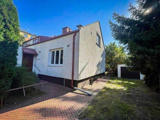 Mały dom z ogrodem i garażem w centrum miasta na wynajem