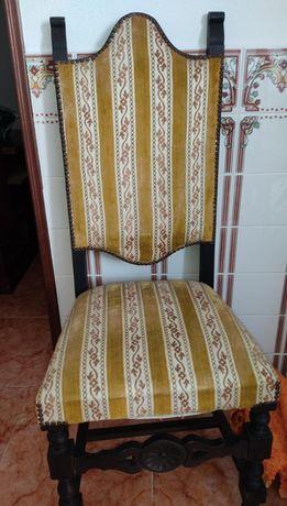 2 Cadeiras Clássicas de Madeira e Estofadas em Tecido