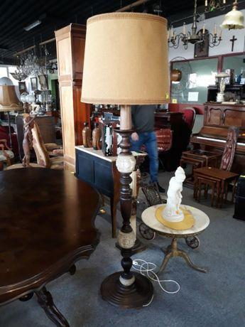 Lampa podłogowa z płóciennym abażurem