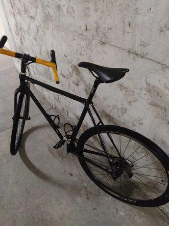 Bicicleta gravel em cromolibedenio